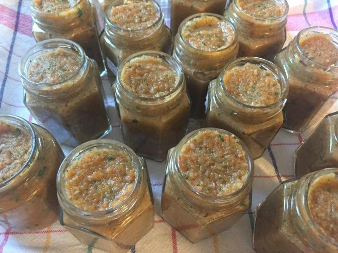 Suppengemüse konserviert mit Salz in Gläschen