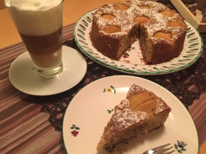 Marzipan-Birnen-Kuchen mit Latte Macchiato