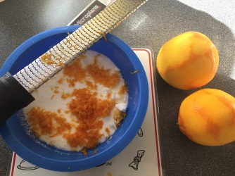 Schale von Bio-Orangen abreiben - Orangenabrieb