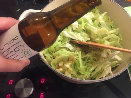 Cider zum angebratenen Kraut geben
