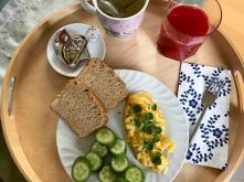 Frühstück mit Rührei und frischem Brot