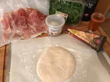 Pizza #pizzafriday - Teig auf Papier formen
