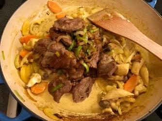 Kokoscurry mit Rindfleisch - Fleisch mit Gemüse u. Sauce vermengen