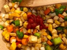 Rindsrouladen - Gemüse anrösten, Tomatenmark dazu