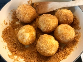 Marillenknödel aus Topfen-Erdäpfelteig mit Butterbrösel