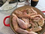 Caesar Salad - Huhn und Brot mit Marinade vermengen