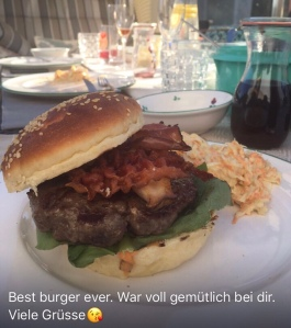 Burger homemade mit Cole Slaw